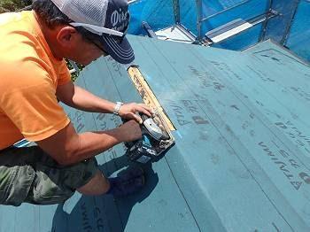 丸のこで屋根に穴を開けます! ルーフィングの一部を切り取り、ベニヤ下地をカットしていき、棟換気口用の穴を開けます。 ※屋根屋さんが持っているのは、バッテリー駆動の充電式丸のこです。 電気のコードを繋がなくて良いので機動性抜群です!