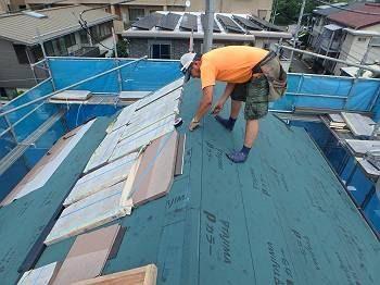 本日の工事は、屋根の天辺(棟)に換気口(棟換気)を取り付ける工事です。 左側の屋根に乗っているのが新しい屋根材「遮熱グラッサ」になります。