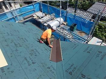 屋根の「谷」はこういった部分です。 板金なので屋根の角度に合わせる事が出来ます。 もちろん、下から上に張っていきます。