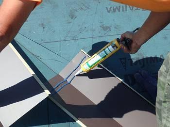 板金を繋げる際は重ねる箇所にシーリングをして塞ぐことで、毛細管現象を防ぎ、雨水の逆流を防ぎます。