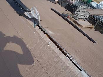 屋根を葺いた後の棟換気の穴です