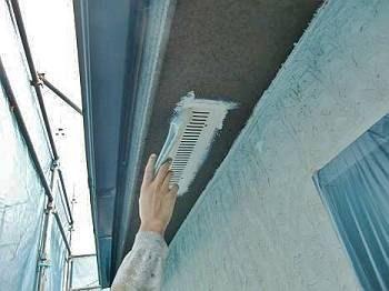 軒天の換気口を塗装しています。