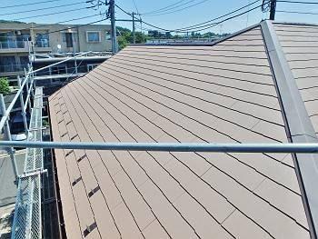 屋根は遮熱グラッサに葺き替え、棟換気を取付け。