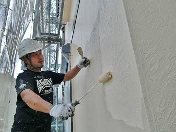 外壁上塗りの様子。