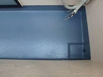 FRP防水のトップコート塗装 (上記③と同じアングル) グレーのトップコートはガラス繊維+樹脂だけだと紫外線等からの劣化に耐えられないためのコーテイングです。