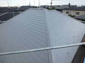 施工後の屋根、遮熱塗料のグレーで塗装されています。