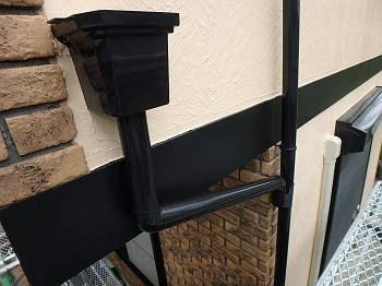施工後の帯板と樋の様子。同色N-15で塗装している為統一感があります。 右奥には白系の既存色で塗られたスリムダクトも見えます。