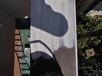 笠木の下塗りのサビ止めを塗装しています。