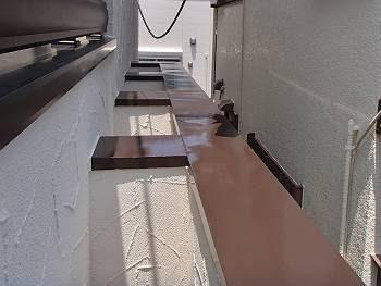 施工後の外壁の笠木です。チョコレート色に塗り替えられました。