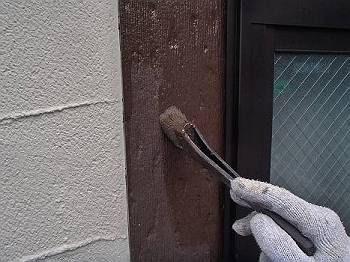 窓周りの飾り枠を塗装