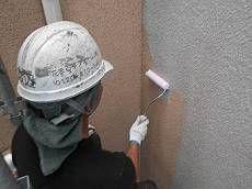高圧洗浄後、外壁が乾くまで日にちを開けてから外壁の下塗りを行います。