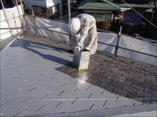 中塗り・上塗りを施します。遮熱塗料のクールタイトSiを使用しています。