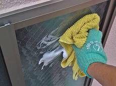 オプション工事の窓拭きです。手の届かない所も全て掃除します。