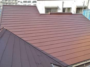 屋根は外壁に合わせ、赤系で塗装。