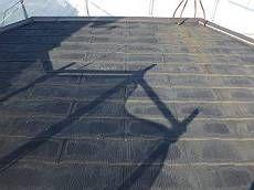 屋根の施工前の様子。何度も塗り替えた痕が感じられます。