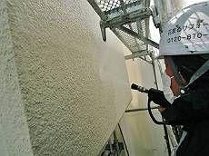高圧洗浄で外壁の汚れを綺麗に洗い流します。