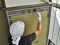 雨戸・戸袋も塗装。既存のベージュからメタリックな黒系の調色で塗装。