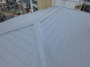 屋根は遮熱塗料「水性クールタイトシリコン」のグレーに塗り直されました。これからの季節は遮熱効果に期待です。