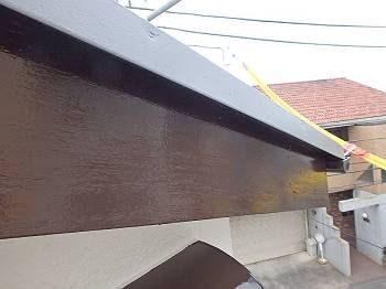施工後の破風です。鉄部・雨樋・木部など細部はチョコレート系で統一しています。