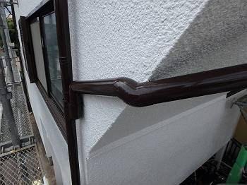外壁に走っているたて樋の様子。窓枠ともほぼ同じ色で統一感があり、白の壁との対比で引き締まった印象を受けます。