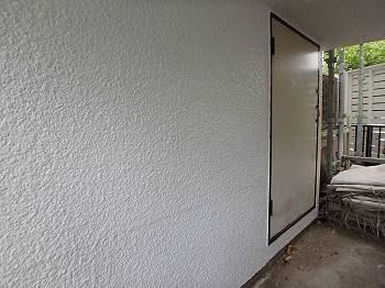 施工後の1階外壁。ツヤが増し、以前より明るさを増した空間に変化しました。