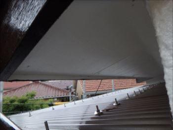腐朽で剥がれかけていた軒天は綺麗に貼替えられました。下地も補強しています。