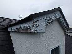 木部の劣化が激しく、破風や帯板がボロボロに。