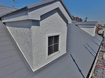 施工後の屋根です。 遮熱塗料のグレー色で塗装しました。破風も綺麗に仕上がっています。