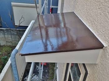 施工後のトタン屋根。チョコレート色に調色して装されています。