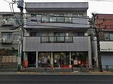 施工前の外観です。1階は店舗、2・3階が住居の造りです。