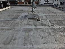 施工前の屋上です。シート防水は塗膜劣化により汚れが激しい状態です。