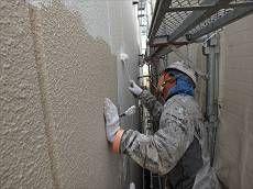下地補修が終わった後外壁塗装を行います。下塗りにはサーフェーサーを使用しています。