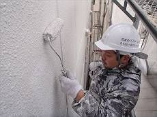 続いて外壁中塗り・上塗りをかけます。