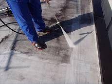 高圧洗浄で旧塗膜を徹底的に洗い流しています。