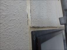 密着不良によりシールの端に隙間が生じ、そこから雨水が入っている模様。