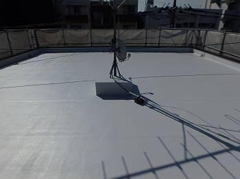 シート防水の屋上は遮熱塗料のトップコートで塗装。真夏の遮熱効果が期待できます。