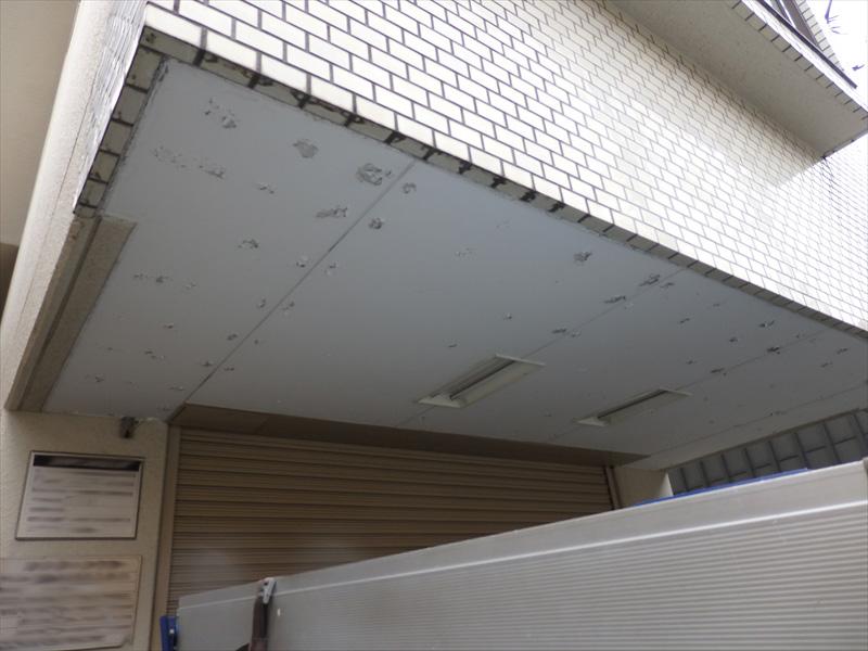 軒裏を止める釘がある場所なのか、等間隔で塗膜のはがれができています。