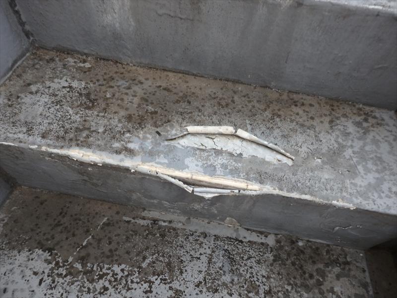 屋上に上がる階段の塗膜も大きくはがれています。