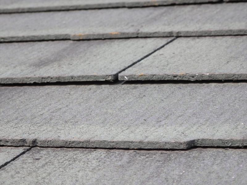 スレート瓦の隙間がないと雨漏りの原因になるため、隙間の大きさも確認します。
