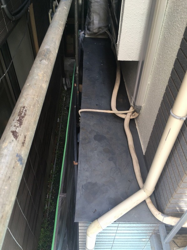鉄部塗装のため、キレイにサビや汚れを落とします。