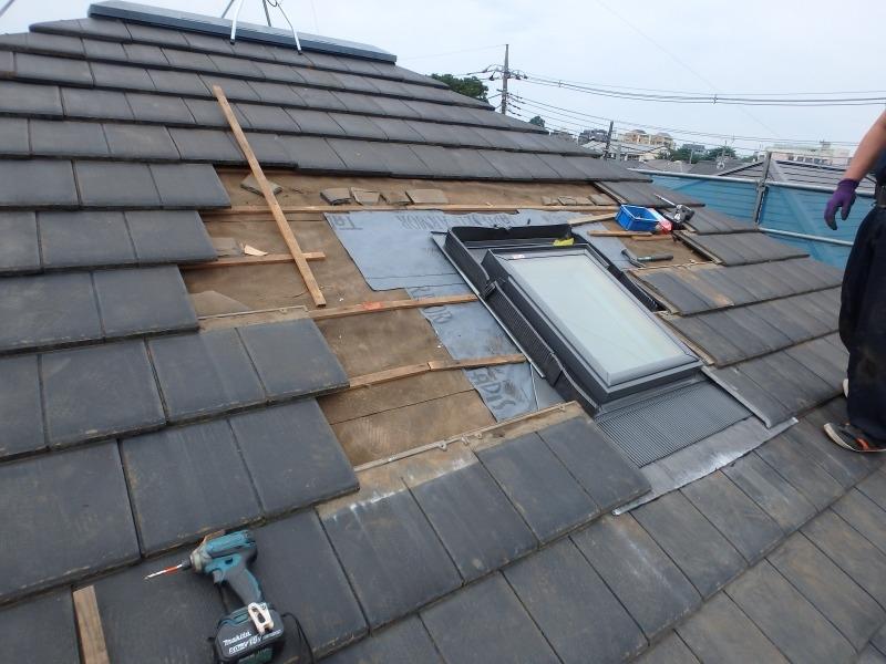 周辺の屋根瓦を取り外して天窓の交換工事をしています。