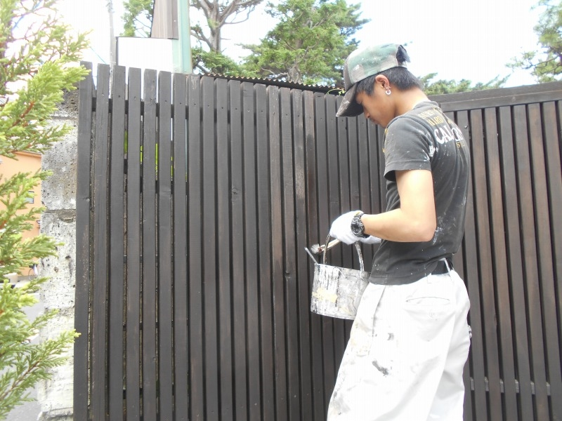 ウッドフェンスは1本ずつ塗装していくので、意外に時間と手間がかかります。