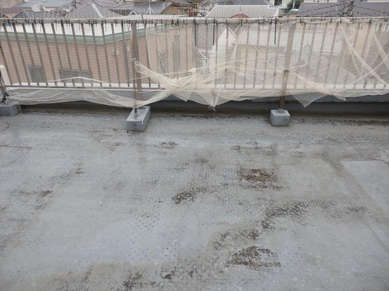 ベランダ部分はところどころ床の塗膜が薄くなって下地が透けています。