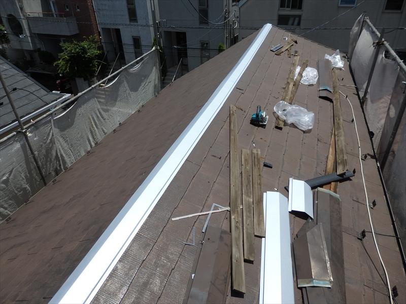 貫板に新しい棟板金を取り付けて、棟の交換の完了です。