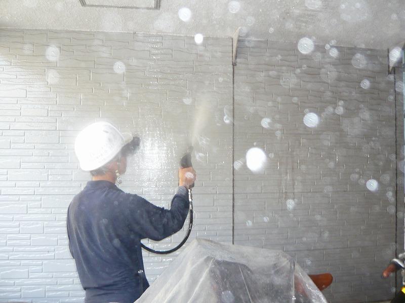作業中は当然のことながら、水があちこち飛び散っています。塗れて困るところ、汚れて困るところは養生済。