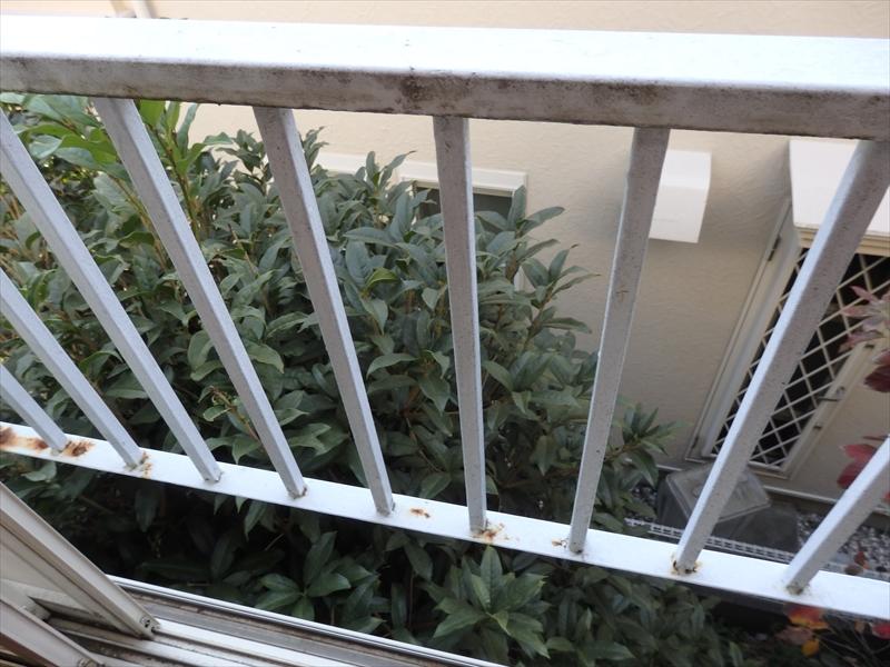 窓の手すり部分はところどころサビが出ています。