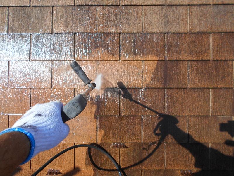 水圧で屋根の汚れを落としています。