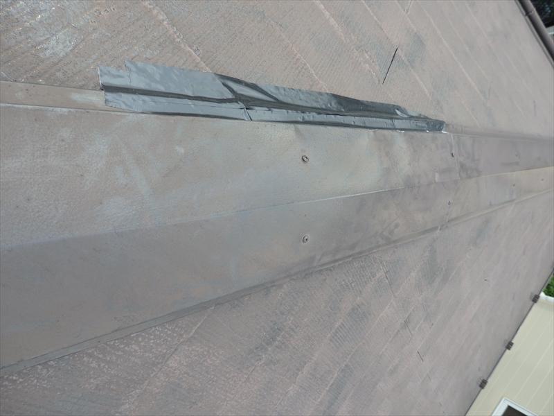 棟板金がペコっと沈む場所は中に水が回っています。水がこれ以上入らないようにテープで隙間を塞ぎました。