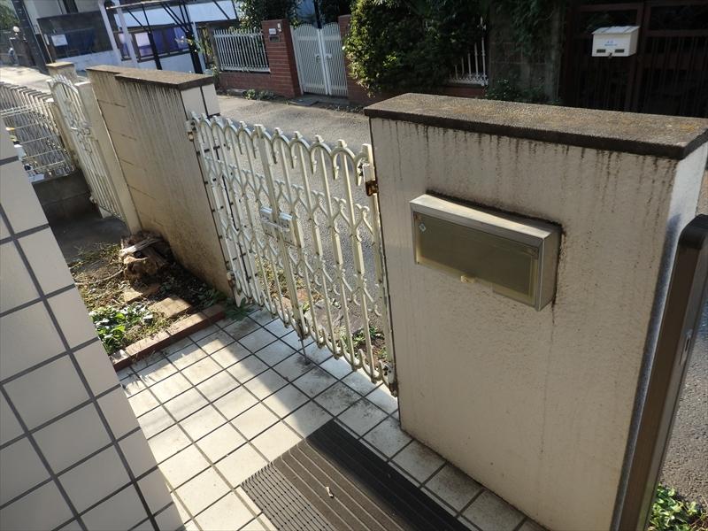 門塀の汚れは笠木部分からの伝い水の汚れが目立ちます。