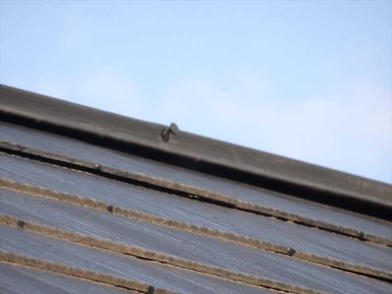 棟板金を止めている釘が抜けかかっていて、棟自体も浮いて隙間ができています。